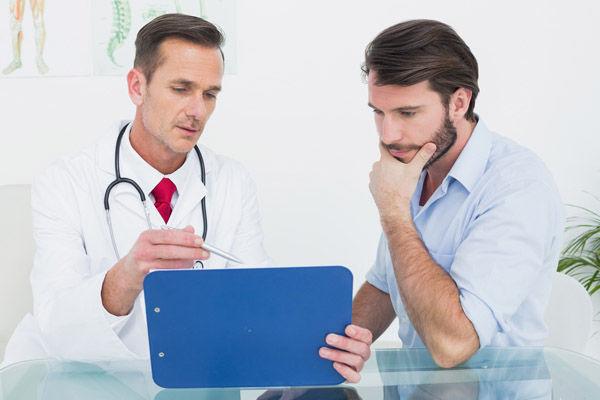 врач показывает результаты УЗИ предстательной железы
